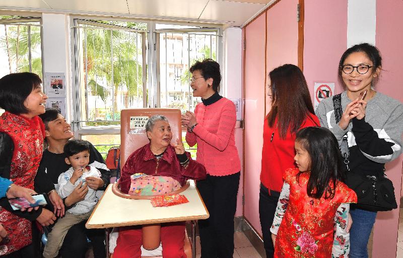 行政長官林鄭月娥(右四)今日(二月五日)大年初一早上,前往慈雲山一間長者院舍探訪長者。