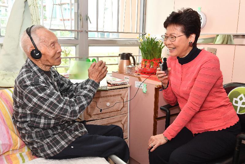 行政長官林鄭月娥(右)今日(二月五日)大年初一早上,前往慈雲山一間長者院舍,探訪已年屆九十八歲的福伯。