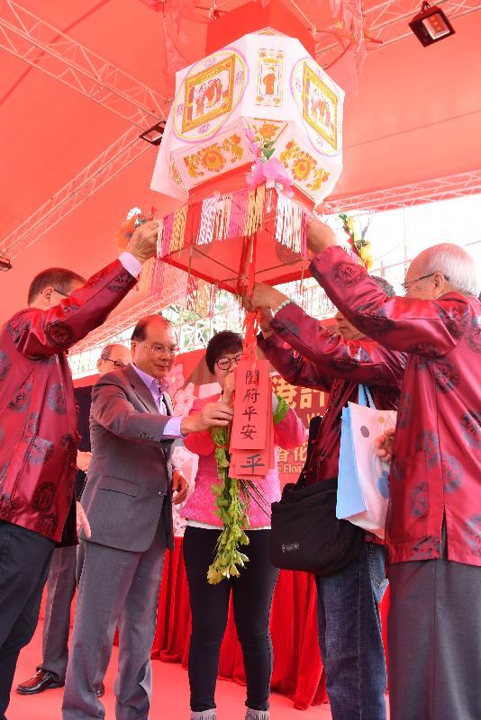 政務司司長張建宗今日(二月五日)出席在大埔林村舉行的香港許願節2019。圖示張建宗(左二)和其他嘉賓出席點燈儀式。