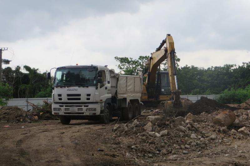 環境保護署在元朗壆圍「自然保育區」截獲泥頭車及挖泥機在漁塘附近傾倒泥頭和進行推土工程。