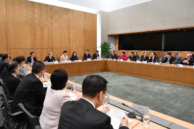 行政長官林鄭月娥(左三)今日(二月十二日)於行政長官辦公室與約三十位港區人大代表會面。