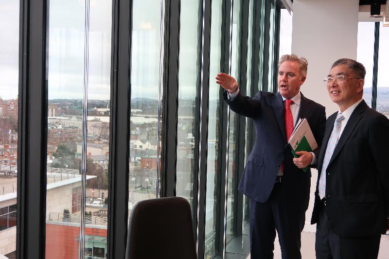 財經事務及庫務局局長劉怡翔(右)昨日(都柏林時間二月十二日)展開都柏林的訪問行程。他到訪一間領先的國際飛機租賃公司Avolon,並分享香港在推廣飛機租賃業務方面的工作。圖示該公司的首席執行官Domhnal Slattery介紹他們的新辦工大樓。
