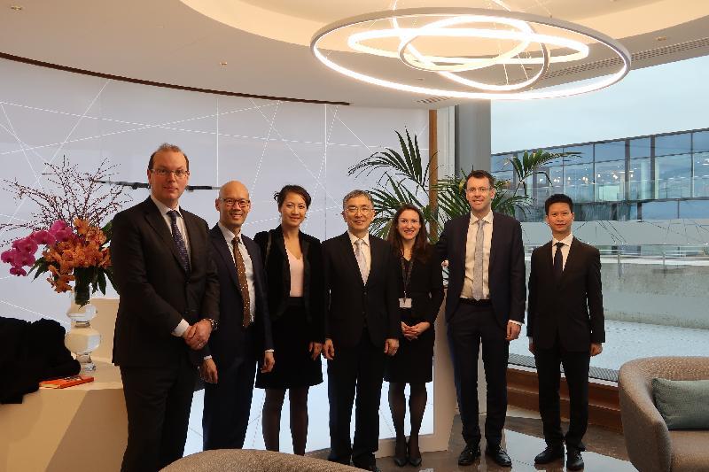 財經事務及庫務局局長劉怡翔(中)昨日(都柏林時間二月十二日)參觀總部設於都柏林的國際飛機租賃公司Goshawk,與公司管理層分享香港和愛爾蘭可以在飛機租賃方面加強合作。