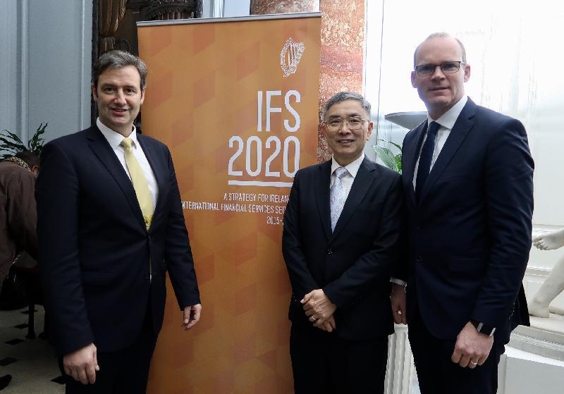 財經事務及庫務局局長劉怡翔(中)昨日(都柏林時間二月十二日)在都柏林出席歐洲金融論壇為來自世界各地的代表團及主講者而設的歡迎酒會期間,與愛爾蘭副總理Simon Coveney(右)及愛爾蘭財政部國務部長Michael D'Arcy(左)合照。