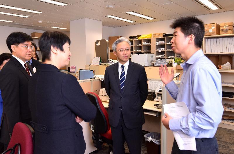 公務員事務局局長羅智光(右二)今日(二月十三日)到訪司法機構,其間了解會計部同事的日常工作。旁為司法機構政務長劉嫣華(左二)及公務員事務局常任秘書長周達明(左一)。