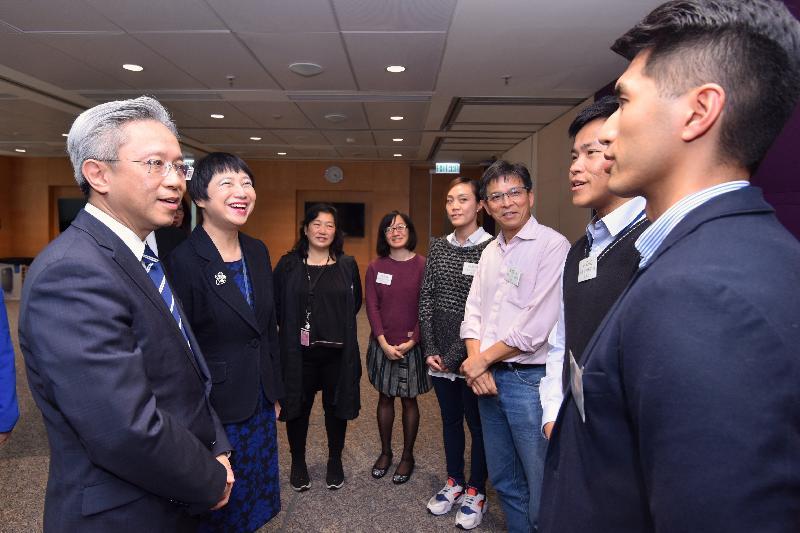 公务员事务局局长罗智光今日(二月十三日)到访司法机构。图示罗智光(左一)与司法机构政务处不同公务员职系的员工代表茶敍,就他们关注的事宜交换意见。旁为司法机构政务长刘嫣华(左二)。