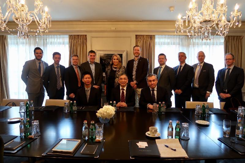 財經事務及庫務局局長劉怡翔(前排中)昨日(都柏林時間二月十三日)參加了一個圓桌會議,與數間都柏林主要的金融科技公司代表見面,並向他們介紹本港在推動金融科技的最新措施。