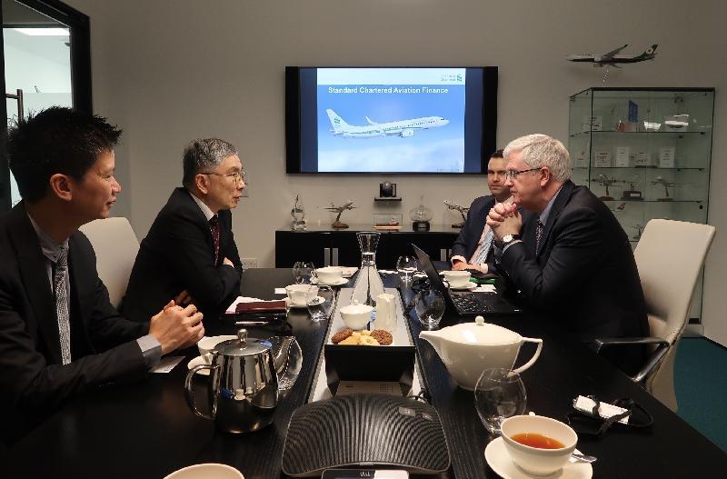 財經事務及庫務局局長劉怡翔(左二)昨日(都柏林時間二月十三日)與渣打銀行專責航空融資的專家會面,了解銀行參與促進愛爾蘭和其他地方航空市場發展的經驗。