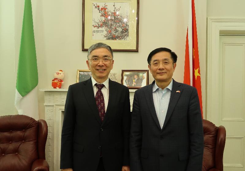 財經事務及庫務局局長劉怡翔(左)昨日(都柏林時間二月十三日)在都柏林禮節性拜會了中國駐愛爾蘭大使岳曉勇。