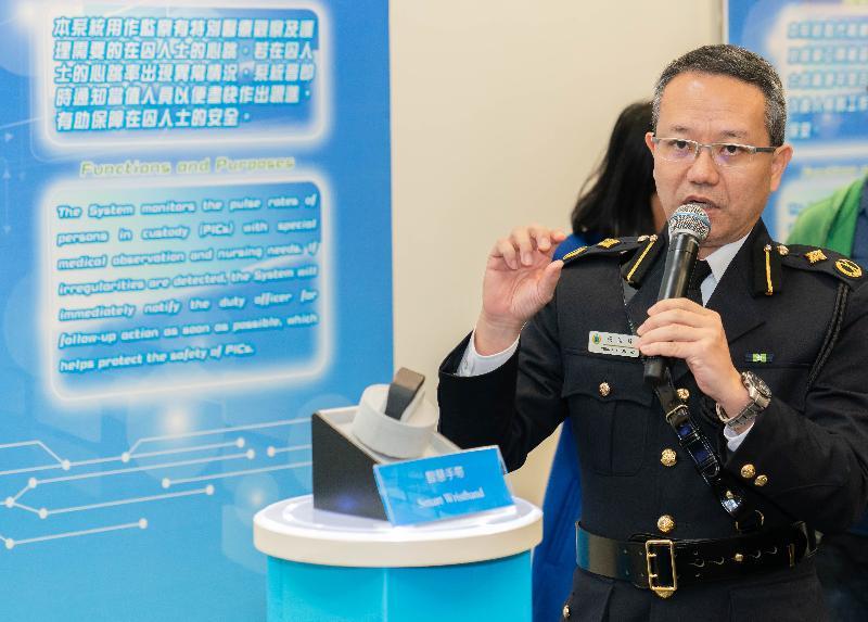 懲教署今日(二月十四日)舉行周年記者會。圖示助理署長(服務質素)楊俊偉介紹智慧監獄的最新器材,包括智慧手帶與緝毒機械臂系統。