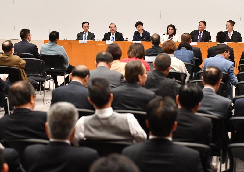 行政長官林鄭月娥(左三)今日(二月十四日)在政府總部與八十多位港區全國政協委員會面。
