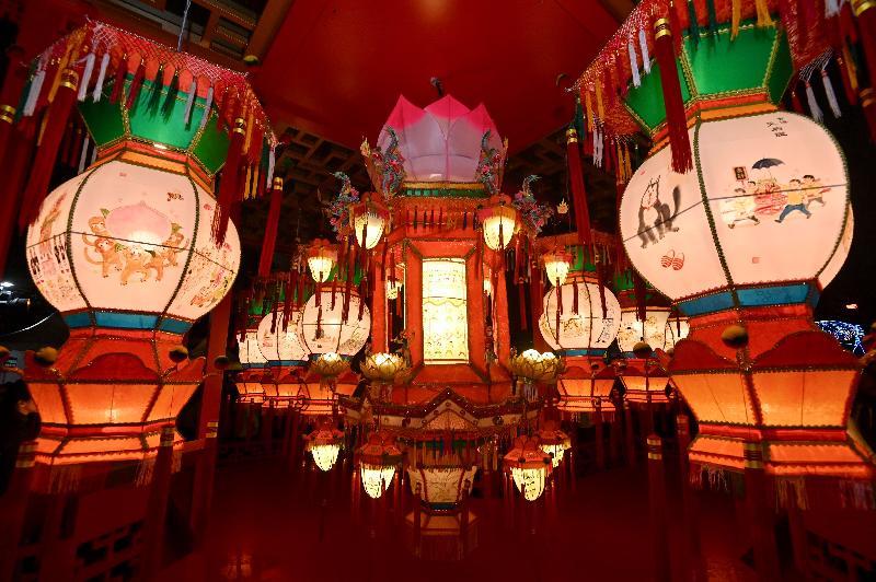 康樂及文化事務署今晚(二月十九日)在香港文化中心露天廣場舉行市區元宵綵燈會。圖示由本地師傅以傳統技藝紮作的宮燈和大型走馬燈。