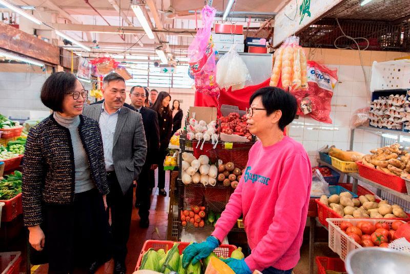 食物及衞生局局長陳肇始教授(左一)今日(二月十九日)到訪西貢區,視察西貢街市的衞生情況。