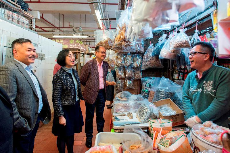 食物及衞生局局長陳肇始教授(左二)今日(二月十九日)到訪西貢區,視察西貢街市的衞生情況。