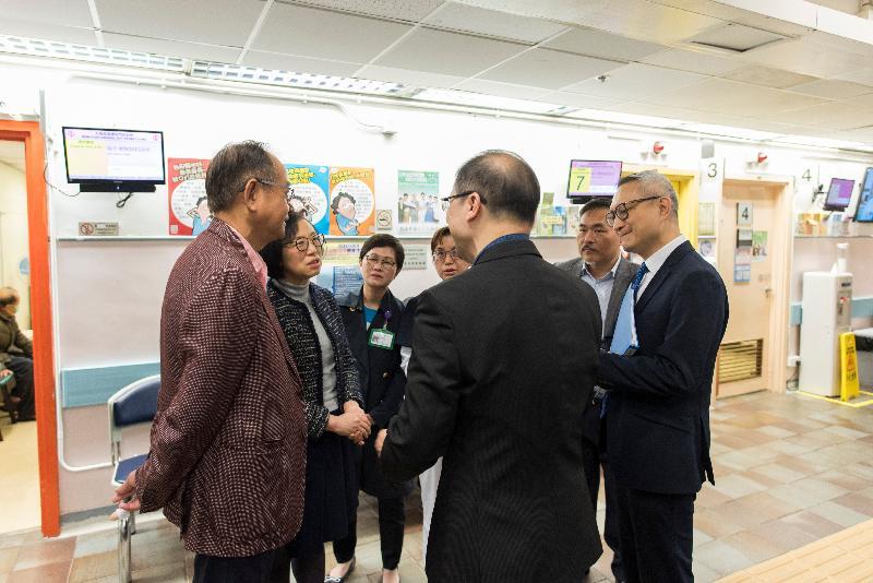 食物及衞生局局長陳肇始教授(左二)今日(二月十九日)到訪西貢區,了解西貢方逸華普通科門診診所提供的服務和設施。