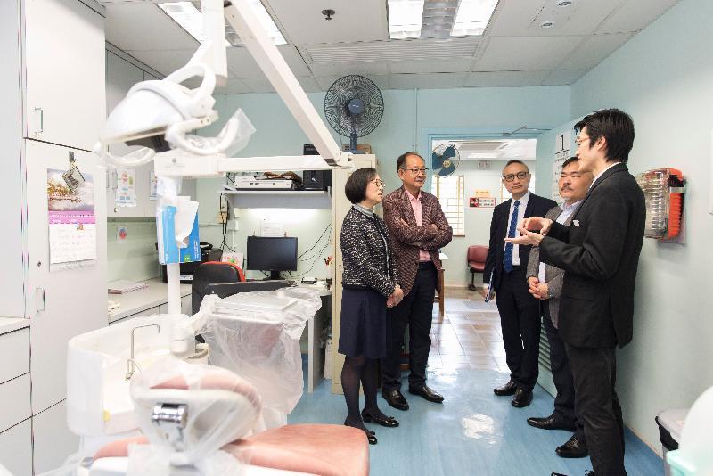 食物及衞生局局長陳肇始教授(左一)今日(二月十九日)到訪西貢區,了解西貢方逸華牙科診所的服務和設施。