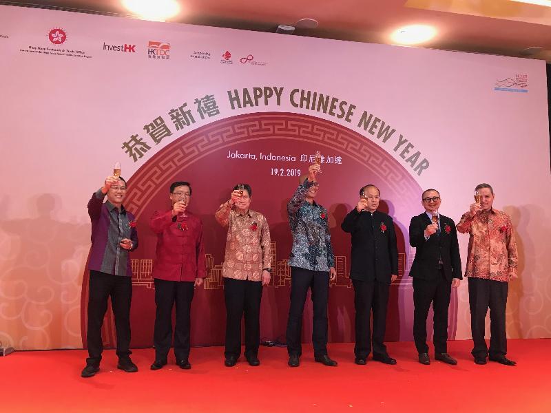 (左起)香港貿易發展局印尼代表梁君豪、中國駐東盟大使黃溪連、東南亞國家聯盟秘書長林玉輝、香港駐雅加達經濟貿易辦事處處長羅建偉、中國駐印尼大使肖千、香港貿易發展局駐東南亞及南亞首席代表黃天偉和印尼香港商會副主席張子銘今日(二月十九日)晚上在印尼雅加達舉行的春節聚會主持祝酒儀式。