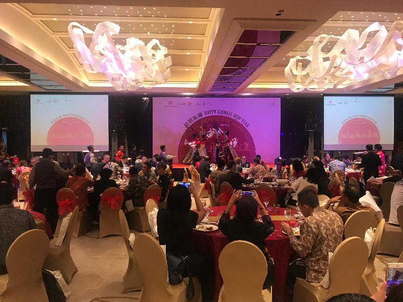 近三百名賓客出席今日(二月十九日)晚上在印尼雅加達舉行的春節聚會,並欣賞精彩表演。