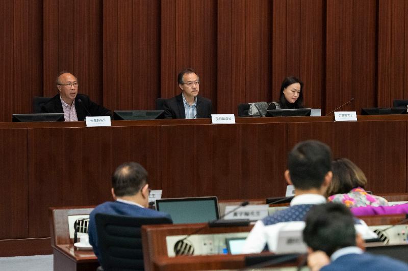 立法會議員今日(二月十九日)與沙田區議會議員在立法會綜合大樓舉行會議。圖示立法會議員與區議會議員討論彼此關注的事項。
