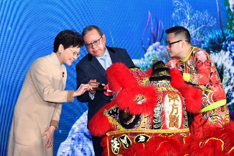 行政長官林鄭月娥今日(二月十九日)出席香港海洋公園萬豪酒店開幕典禮。圖示鄭月娥(左一)和麗新集團主席林建岳博士(中)主持醒獅點睛儀式。
