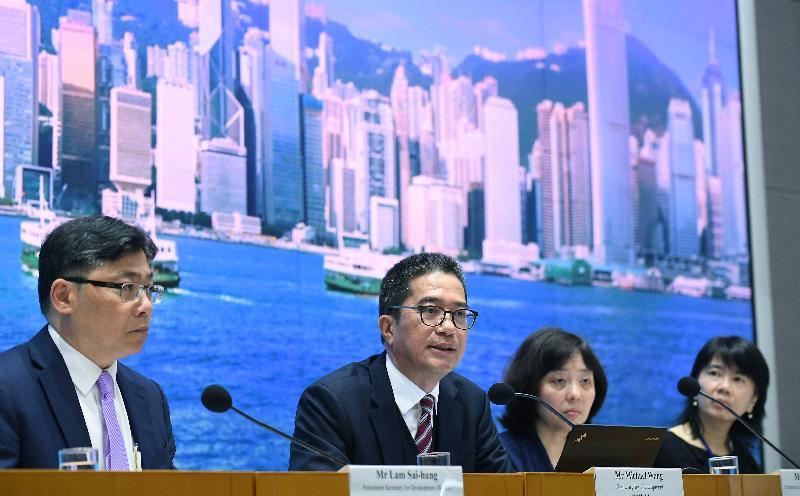 发展局局长黄伟纶(左二)今日(二月二十日)就政府回应土地供应专责小组报告主持记者会。