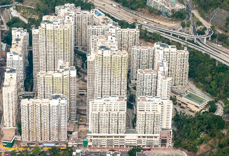 香港房屋委員會今日(二月二十一日)宣布,深水埗蘇屋邨最後三座住宅大廈今日開始陸續入伙。新蘇屋邨共有14座分別樓高21至41層的非標準設計住宅大廈,共有6 985個租住公屋單位,為約19 500人提供居所。圖為完成重建的蘇屋邨俯瞰圖。