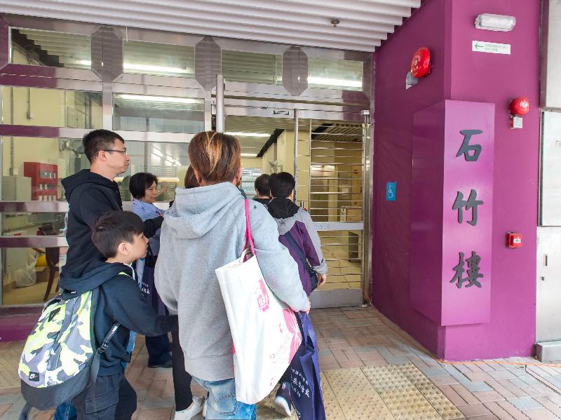 香港房屋委員會今日(二月二十一日)宣布,深水埗蘇屋邨最後三座住宅大廈今日開始陸續入伙。圖示石竹樓居民入伙情形。