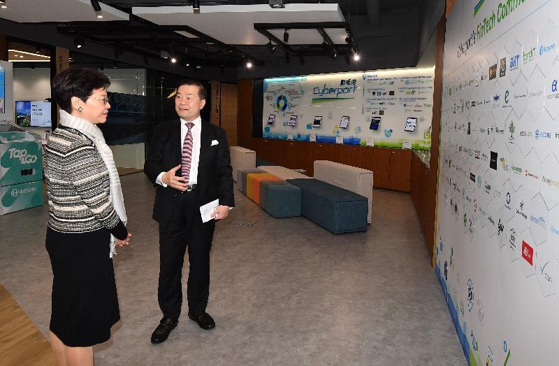 行政長官林鄭月娥今日(二月二十二日)下午到訪南區數碼港。圖示林鄭月娥(左)聽取香港數碼港管理有限公司主席林家禮博士(右)介紹數碼港的最新情況。