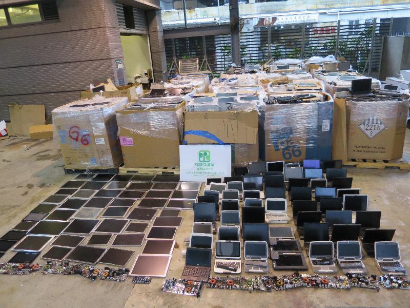 環境保護署於去年七月至八月期間,在香港海關協助下,在葵涌貨櫃碼頭截獲大批屬有害電子廢物的廢印刷電路板、廢平面顯示器和廢電池,市值約為一百三十萬元。