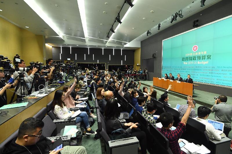 財政司司長陳茂波(左二)今日(二月二十七日)下午在添馬政府總部舉行二零一九至二零年度《財政預算案》記者會,並回應提問。