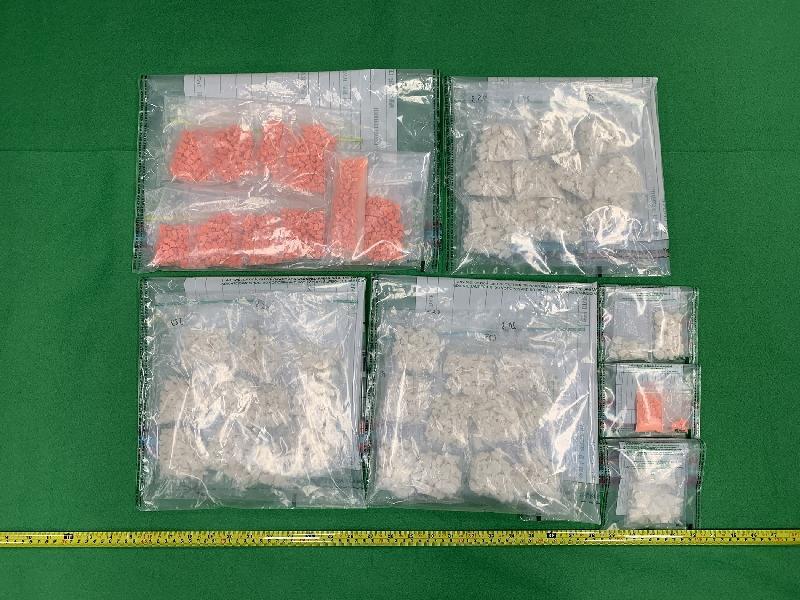 香港海關昨日(二月二十七日)在長沙灣及元朗檢獲約一公斤懷疑霹靂可卡因及約一千粒懷疑搖頭丸,估計市值共約一百四十五萬元。