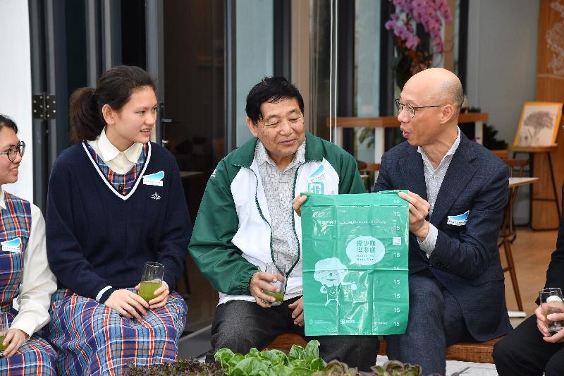 環境局局長黃錦星(右一)今日(二月二十八日)到訪香港青年協會領袖學院與青年交流,並鼓勵他們在日常生活實踐減廢減碳。