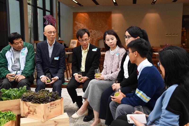 環境局局長黃錦星(左二)今日(二月二十八日)到訪香港青年協會領袖學院,並與青年交流。