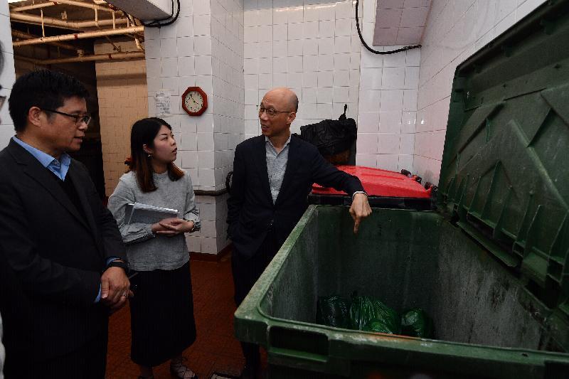 環境局局長黃錦星今日(二月二十八日)到訪粉嶺嘉福邨,視察屋邨試行都市固體廢物收費的情況。圖示黃錦星(右一)在垃圾房了解模擬垃圾袋的分類過程。