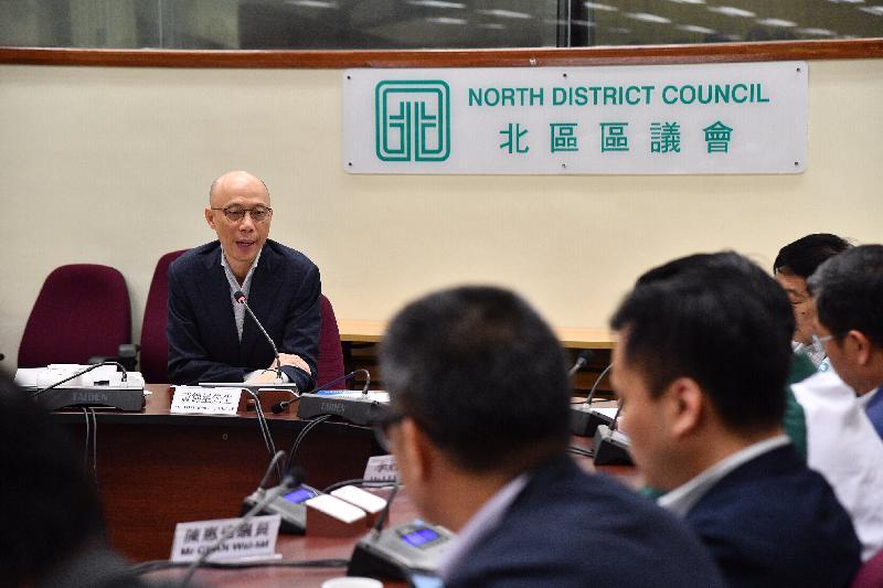 環境局局長黃錦星(左一)今日(二月二十八日)到訪北區區議會與區議員會面,聽取他們對政府環保施政的意見。