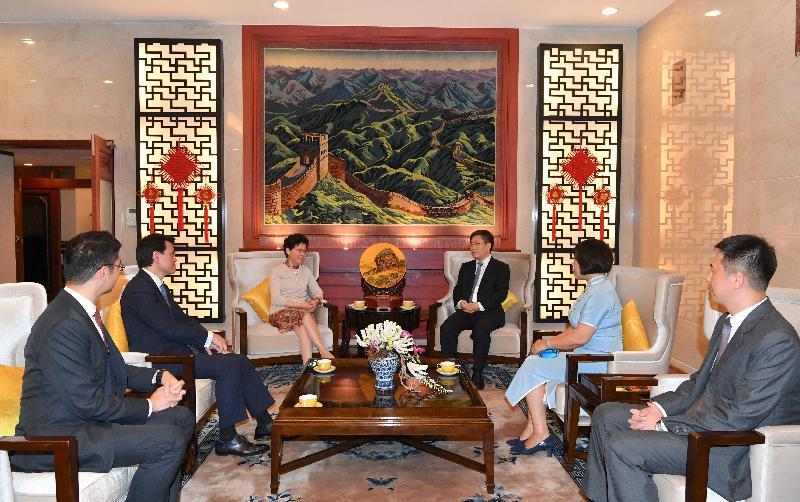 行政長官林鄭月娥昨日(二月二十七日)晚上在泰國曼谷與中國駐泰王國特命全權大使呂健共進晚餐。圖示林鄭月娥(左三)及呂健(右三)在晚餐前會面。商務及經濟發展局局長邱騰華(左二)及香港駐曼谷經濟貿易辦事處處長李湘原(左一)亦有出席。