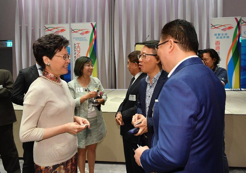 行政長官林鄭月娥(左一)昨日(二月二十七日)晚上在曼谷展開訪問泰國行程,並與在當地居住及工作的港人會面。