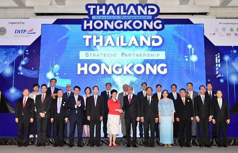 行政長官林鄭月娥今日(二月二十八日)在泰國曼谷出席香港貿易發展局(貿發局)和泰國商務部合辦的商貿研討會。圖示林鄭月娥(前排左六)與泰國副總理頌吉(前排左七)見證香港數碼港管理有限公司(數碼港)、貿發局和一間香港公司與InnoSpace Thailand及泰國投資促進委員會簽署四份合作諒解備忘錄後合照。旁為行政會議非官守議員召集人陳智思(前排左五)、商務及經濟發展局局長邱騰華(前排左四)、香港駐曼谷經濟貿易辦事處處長李湘原(前排左二)、數碼港董事局主席林家禮博士(前排左三)、數碼港行政總裁任景信(後排左二)及香港貿易發展局東南亞及南亞首席代表黃天偉(後排左三)。