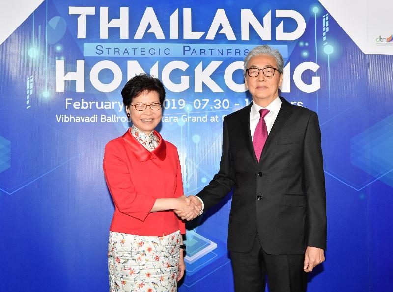 行政長官林鄭月娥今日(二月二十八日)在泰國曼谷出席香港貿易發展局和泰國商務部合辦的商貿研討會。圖示林鄭月娥(左)與泰國副總理頌吉(右)在研討會後握手。
