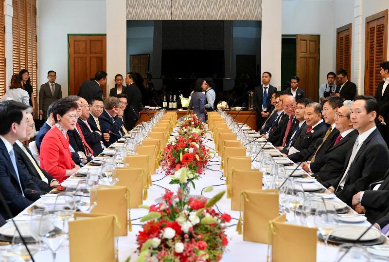 行政長官林鄭月娥(左三)今日(二月二十八日)在曼谷與泰國副總理頌吉(右二)及泰國商界人士午宴。行政會議非官守議員召集人陳智思(右一)及商務及經濟發展局局長邱騰華(左一)亦有出席。