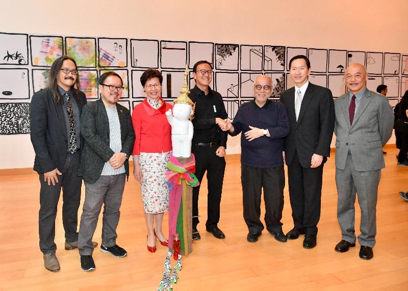 行政長官林鄭月娥今日(二月二十八日)在泰國曼谷出席曼谷藝術文化中心及進念‧二十面體諒解備忘錄簽署儀式。圖示林鄭月娥(左三)在簽署儀式後與曼谷藝術文化中心總監Pawit Mahasarinand(左一)、進念‧二十面體聯合藝術總監及天天向上原創人及總策劃人榮念曾(右三)及行政會議非官守議員召集人陳智思(右二)參觀天天向上展覽@曼谷藝術文化中心2019。