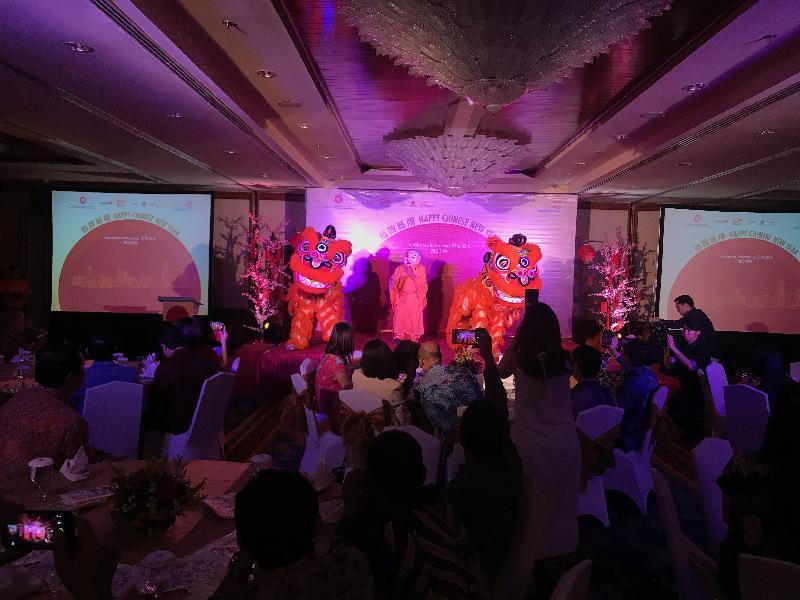 逾六十名賓客今日(泗水時間二月二十八日)晚上出席香港駐雅加達經濟貿易辦事處印尼泗水舉行的春節聚會,並欣賞精彩舞獅演出。