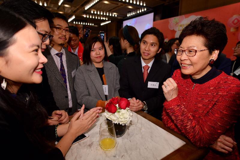 行政長官林鄭月娥(右一)今日(三月一日)與在北京工作、經商和就學的香港人會面。