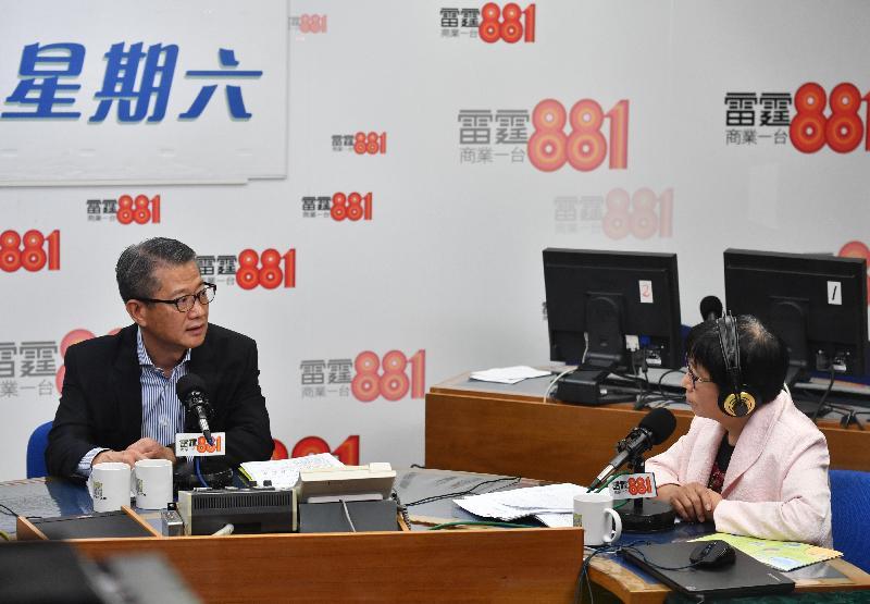 財政司司長陳茂波(左)今日(三月二日)上午出席商業電台節目《政經星期六》,回應有關二零一九至二零年度《財政預算案》的提問。