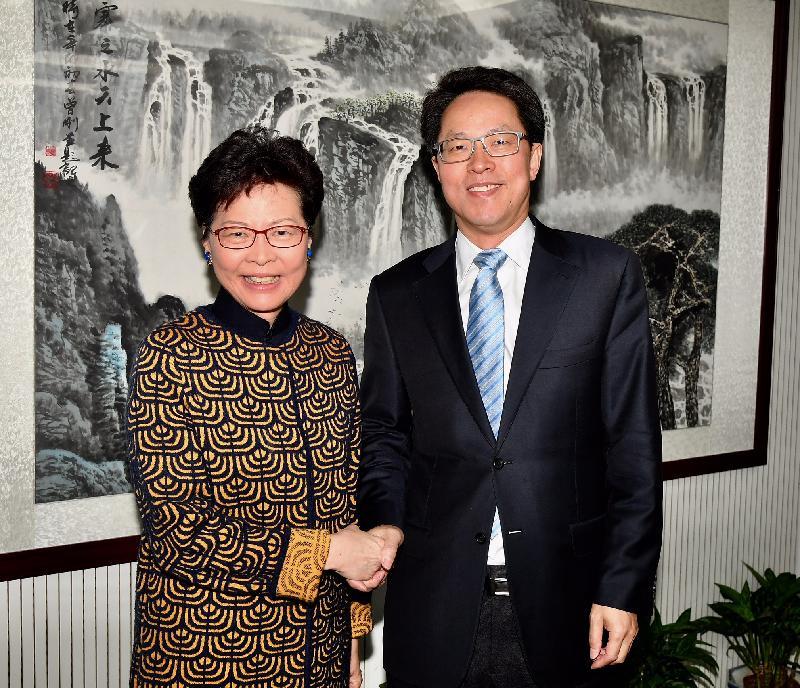 行政長官林鄭月娥(左)今日(三月二日)上午在北京與國務院港澳事務辦公室主任張曉明(右)會面。圖示二人在會面前握手。