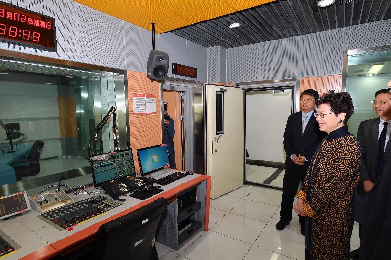 行政長官林鄭月娥今日(三月二日)在北京參觀中央廣播電視總台。圖示林鄭月娥(右一)和其他人員參觀總台設施。