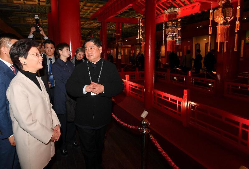 行政長官林鄭月娥今日(三月二日)在北京參觀故宮博物院。圖示林鄭月娥(左二)、故宮博物院院長單霽翔博士(右一)和其他參與者參觀「賀歲迎祥——紫禁城裏過大年」展覽。