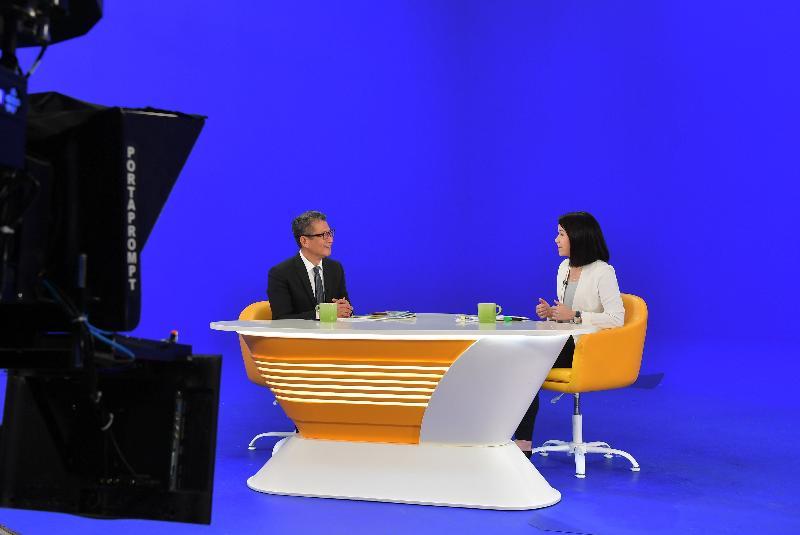 财政司司长陈茂波(左)今日(三月三日)上午出席无线电视节目《讲清讲楚》,回应有关二零一九至二零年度《财政预算案》的提问。