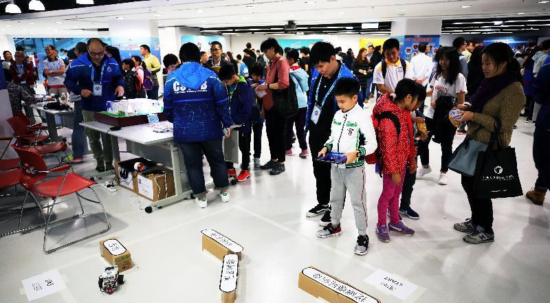 香港警務處網絡安全及科技罪案調查科今日(三月三日)舉行「網樂TEEN才嘉年華」。圖示市民參觀活動攤位。