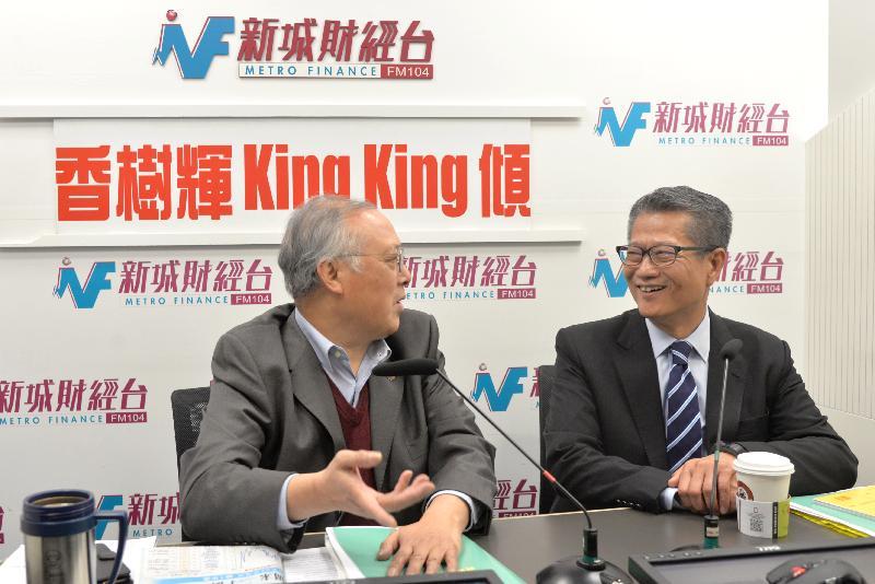 财政司司长陈茂波(右)今日(三月四日)上午出席新城财经台节目《香树辉King King倾》,回应有关二零一九至二零年度《财政预算案》的提问。